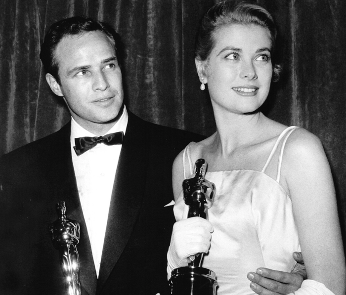 Грейс Келли и Марлон Брандо со своими «Оскарами». / Фото: tumblr.com.