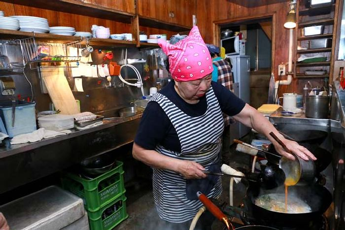 Сумико работает на кухне своего ресторана. Фото: David Zavaglia.