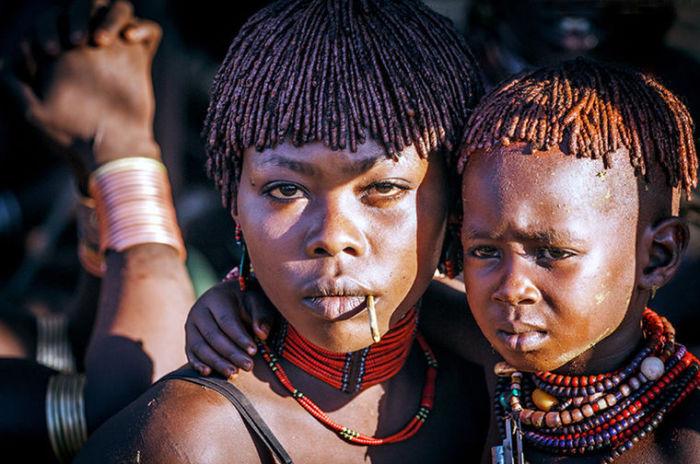 Бусы – одно из самых любимых украшений девушек племени Хамер.