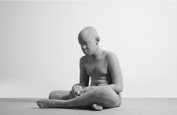 Мальчик с шаром. Автор: Hans Op de Beeck.