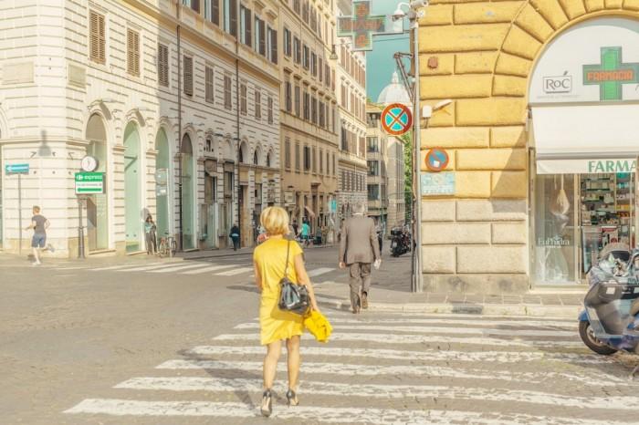 Женщина в жёлтом. Победитель в категории «Улица/город». Автор фото: Бен Томас, Кинетон, Австралия.