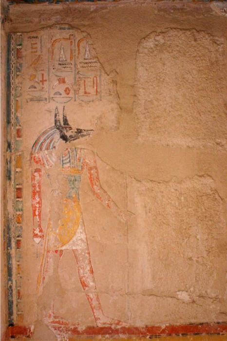 Хатшепсут (её изображение стёрто), стоящая перед богом Анубисом. \ Фото: maat-ka-ra.de.