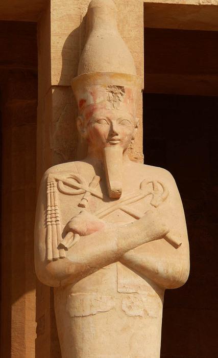 Статуя Хатшепсут по бокам её Погребального храма. \ Фото: pinterest.com.