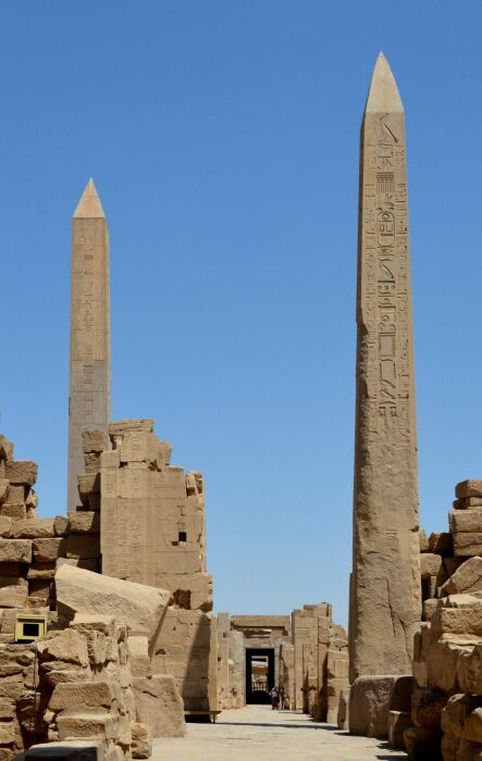 Обелиск Хатшепсут (слева) и Тутмоса I (справа), Карнакский храмовый комплекс, Луксор. \ Фото: twitter.com.