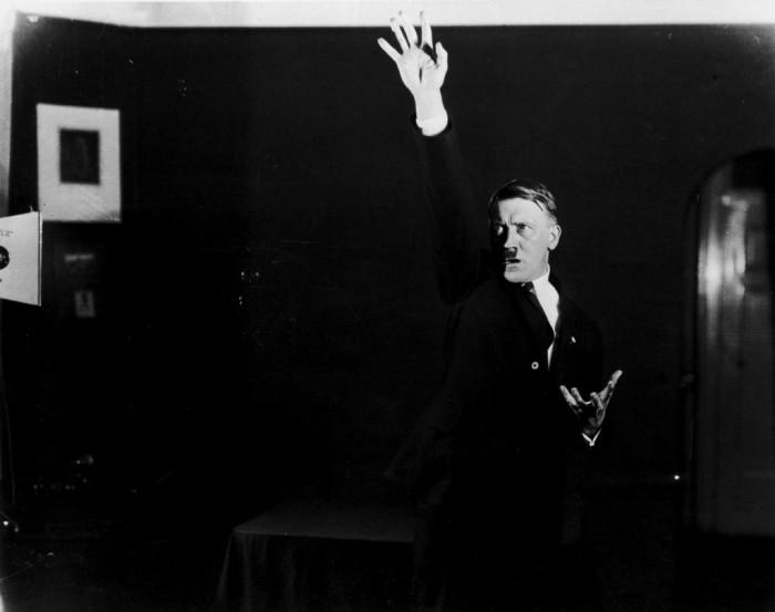 Адольф Гитлер во время репетиции очередной речи.  Автор фото: Генрих Гофман (Heinrich Hoffmann).