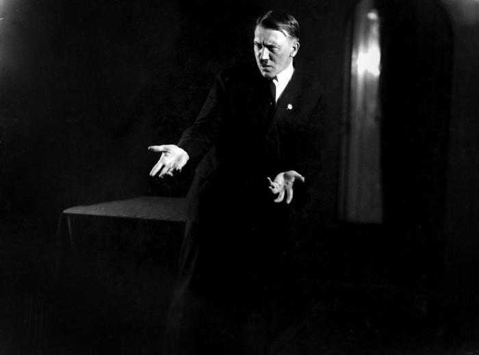 Гитлер во время репетиции. Автор фото: Генрих Гофман (Heinrich Hoffmann).