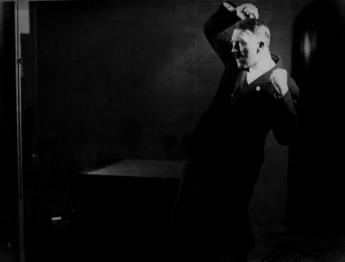Несмотря на то что, что порой со стороны Гитлер, выглядел как шут, это не мешало ему управлять толпой. Автор фото: Генрих Гофман (Heinrich Hoffmann).