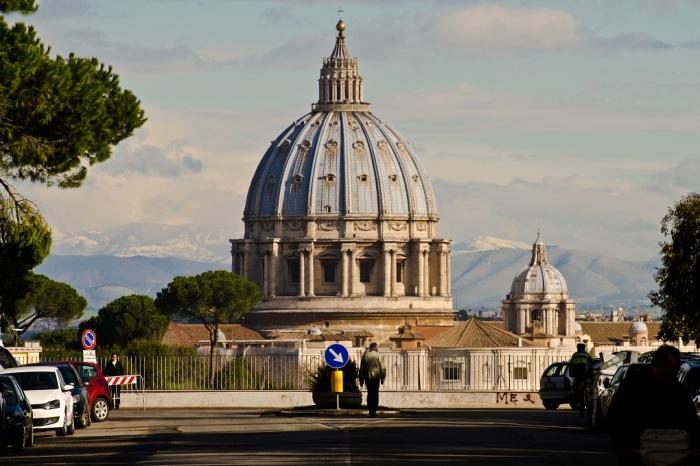 Купол Святого Петра на улице Виа Пикколомини. \ Фото: checkinrome.net.