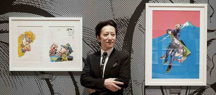 Хирохико Араки позирует для фотографий в Национальном центре искусств в Токио, сфотографирован Ми Моримото, 2018 год. \ Фото: google.com.