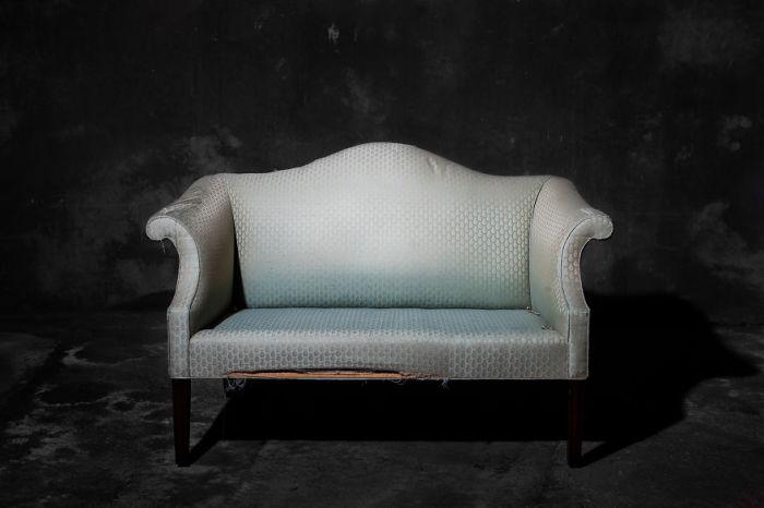 Старенький винтажный диван. Фото-проект «А что, если бы мебель стала людьми?». Автор фото: Horia Manolache.