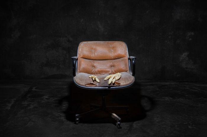 Он служил верой и правдой долгое время. Фото-проект «А что, если бы мебель стала людьми?». Автор фото: Horia Manolache.