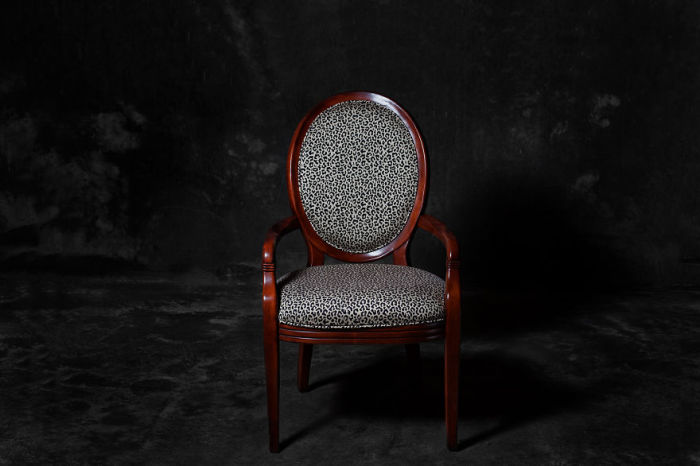 Утонченный леопардовый стул. Фото-проект «А что, если бы мебель стала людьми?». Автор фото: Horia Manolache.