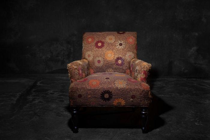 Стул с яркой обивкой. Фото-проект «А что, если бы мебель стала людьми?». Автор фото: Horia Manolache.