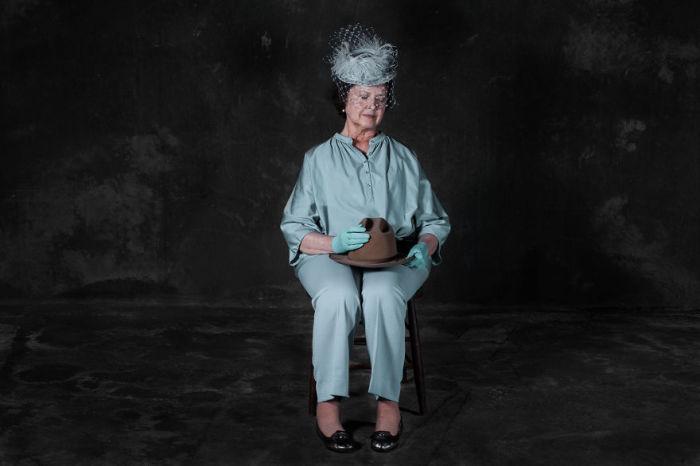 Элегантная дама в винтажном наряде. Фото-проект «А что, если бы мебель стала людьми?». Автор фото: Horia Manolache.