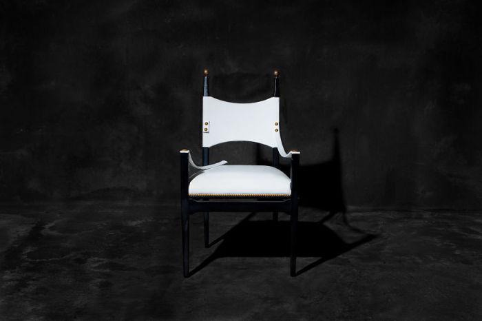 Кресло со сломанным подлокотником. Фото-проект «А что, если бы мебель стала людьми?». Автор фото: Horia Manolache.
