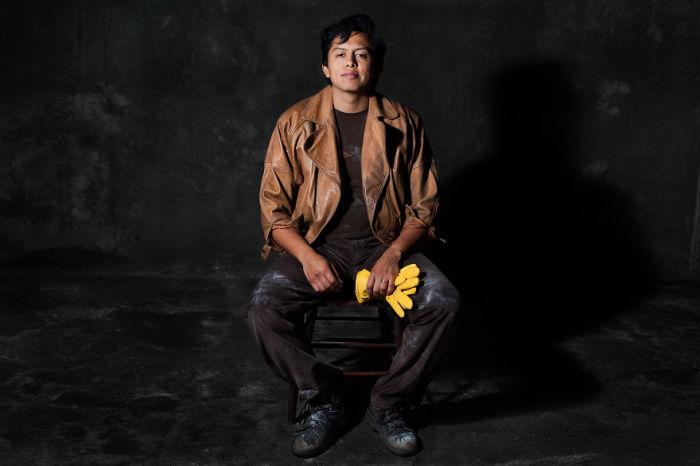 Мужчина олицетворяющий стул. Фото-проект «А что, если бы мебель стала людьми?». Автор фото: Horia Manolache.
