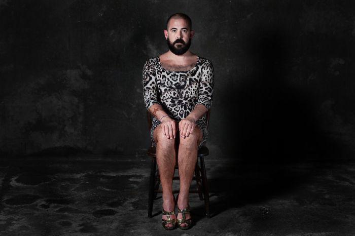 Мужчина олицетворяющий утонченный леопардовый стул с душою зверя. Фото-проект «А что, если бы мебель стала людьми?». Автор фото: Horia Manolache.