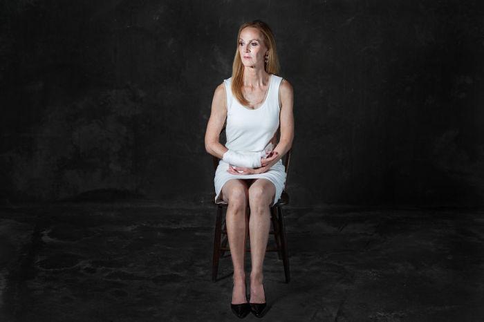 Люди как стулья, стулья как люди. Фото-проект «А что, если бы мебель стала людьми?». Автор фото: Horia Manolache.
