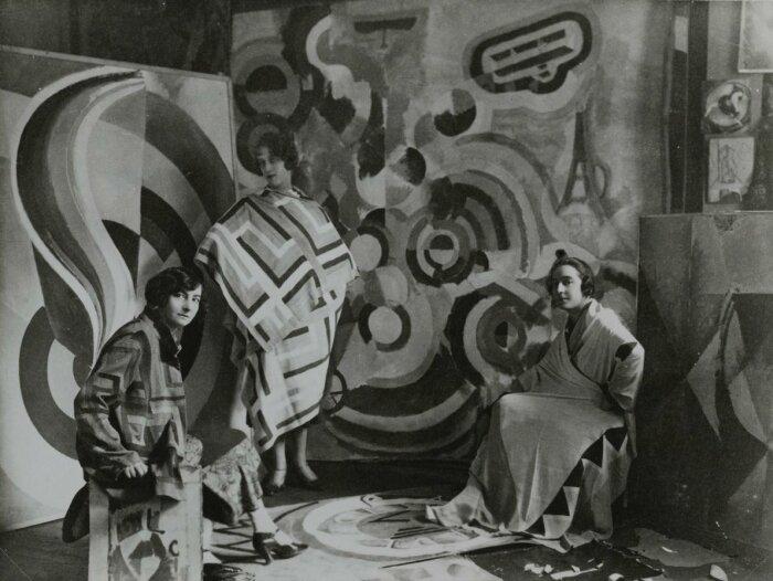 Соня Делоне с двумя подругами в студии Роберта Делоне, 1924 год. \ Фото: twitter.com.