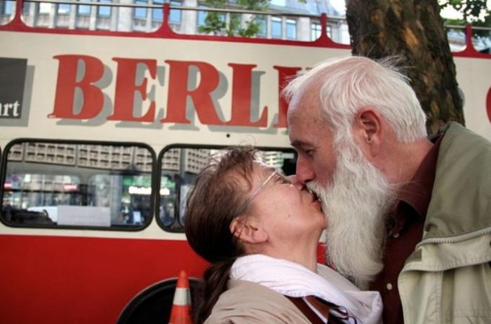 Любви все возрасты покорны. Снимок из серии  «Сто поцелуев». Автор фото: Игнасио Леманн (Ignacio Lehmann).