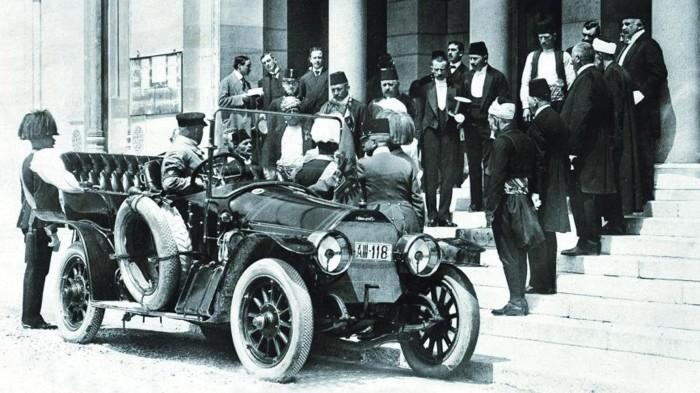 Церемония посадки Франца Фердинанда с женой в автомобиль Graf und Stift 28/32PS. \ Фото: google.com.