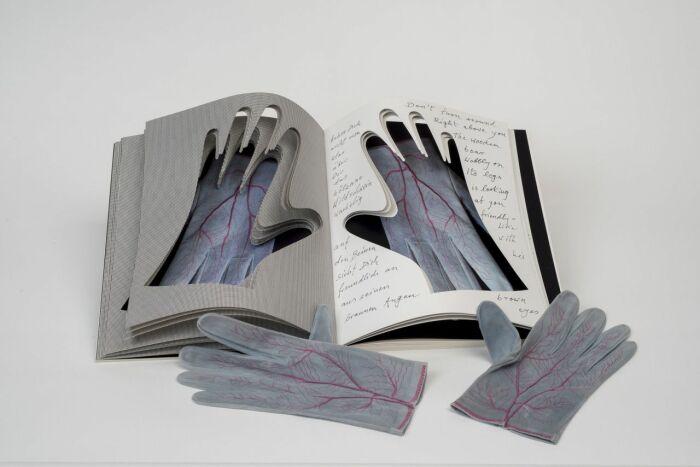 Перчатки, Мерет Оппенгейм, 1985 год. \ Фото: pinterest.it.