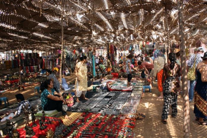 Рынок украшений и сувениров.