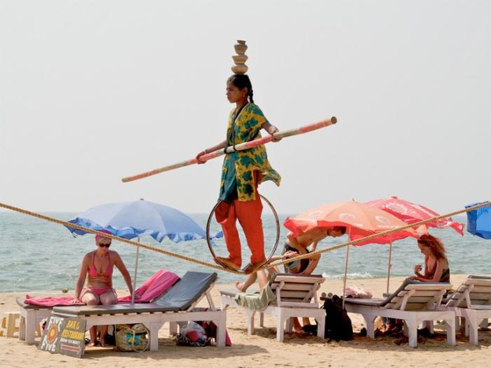 Выступление маленькой индуски на пляже Анджуна.