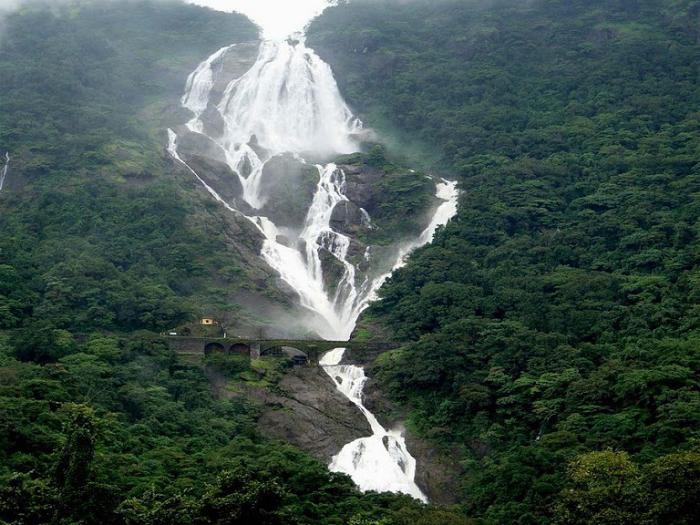 Индийский водопад Дудхасагара.