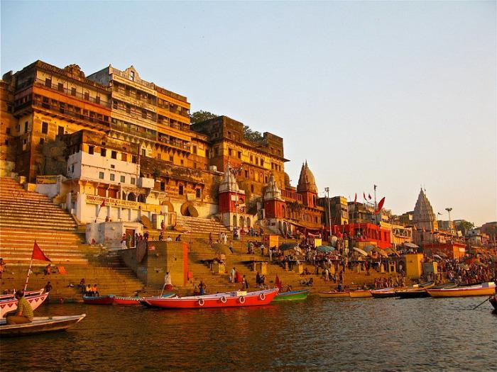 Священный город Варанаси на берегу Ганга.