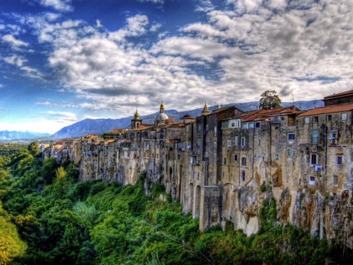 Городок Сант-Агата-де-Готи в регионе Кампания, провинции Беневенто.