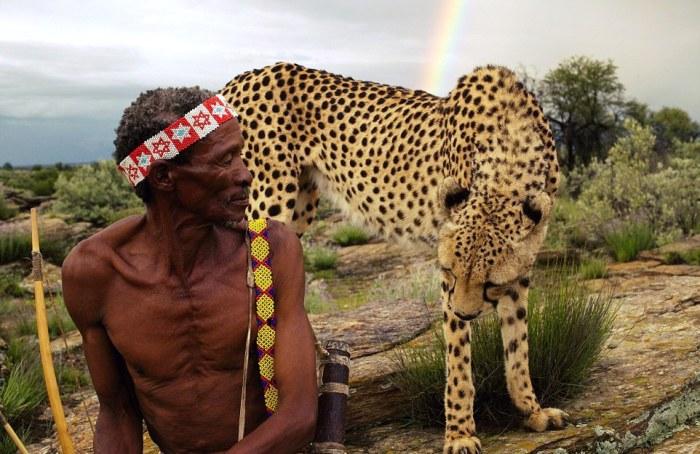 Один из охотников сел и расслабился. С ним - почти ручной гепард, стоящий у его спины. Автор фото: Jack Somerville.