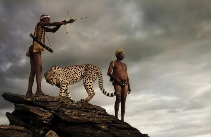 Двое мужчин, во время охоты на бородавочника. Автор фото: Jack Somerville.