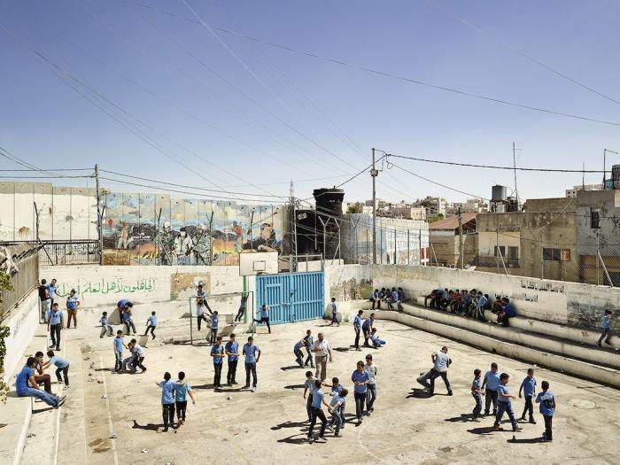 Аида – школа для мальчиков, Вифлеем, Западный берег реки Иордан (Aida Boys School, Bethlehem, West Bank).  Автор фото: James Mollison.
