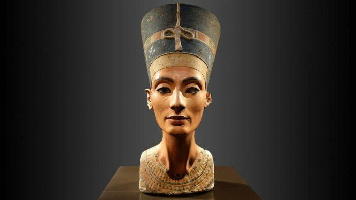 Бюст Нефертити, 1351-1334 до н. э. \ Фото: medium.com.