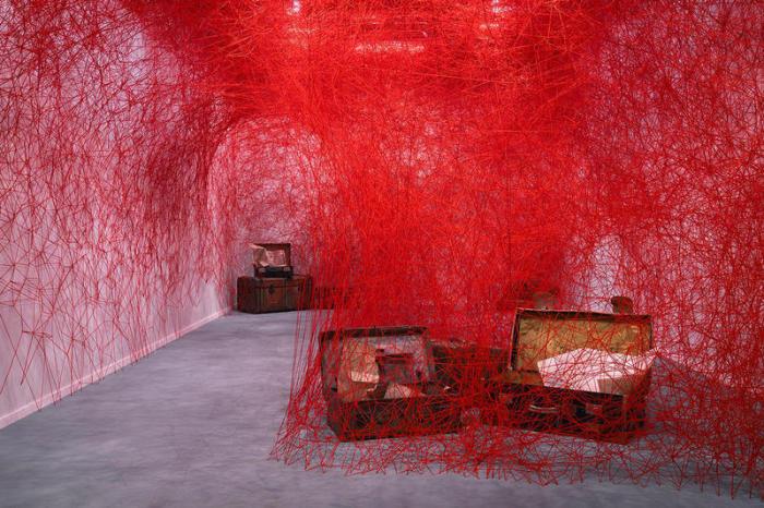 Массивная красная нить, Лондон. \ Фото: hypebeast.com.