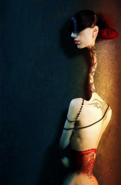 Девушка с длинной шеей. Автор работ: Япи Хону (Japi Honoo).