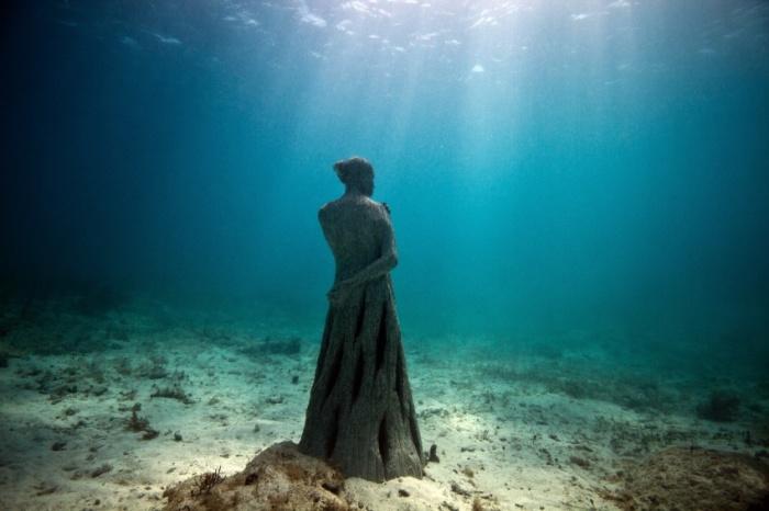 Женщина в платье. Автор: Jason de Cayres Taylor.