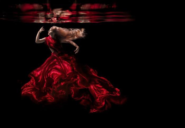 Красное платье. Автор фото: Дженн Бишоф (Jenn Bischof).