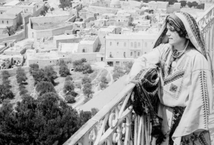 Женщина смотрит на Иерусалим с Елеонской горы, 1918 год.