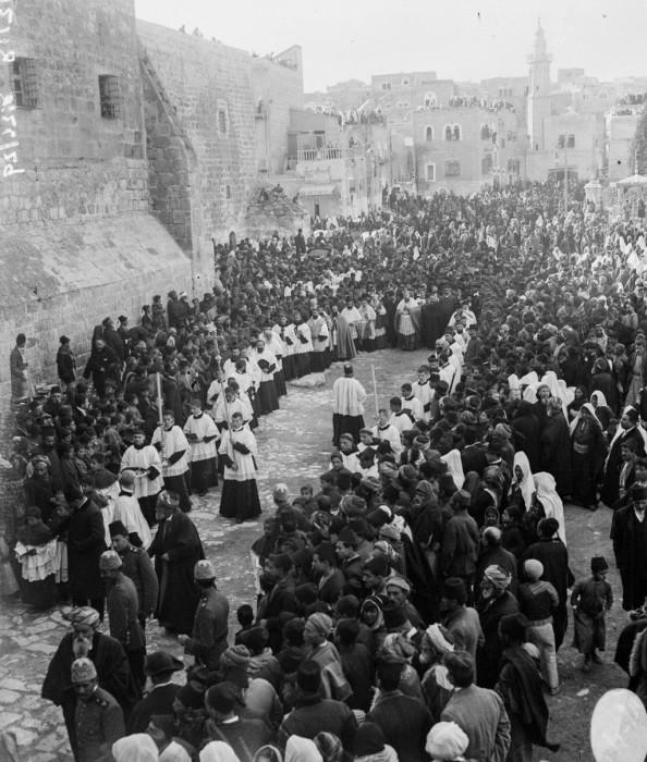 Католический епископ прибывает на рождественские богослужения, 1915 год.