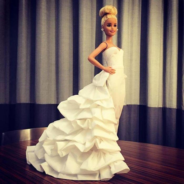 Барби демонстрирует одно из свадебных платьев. Автор: Jian Yang.