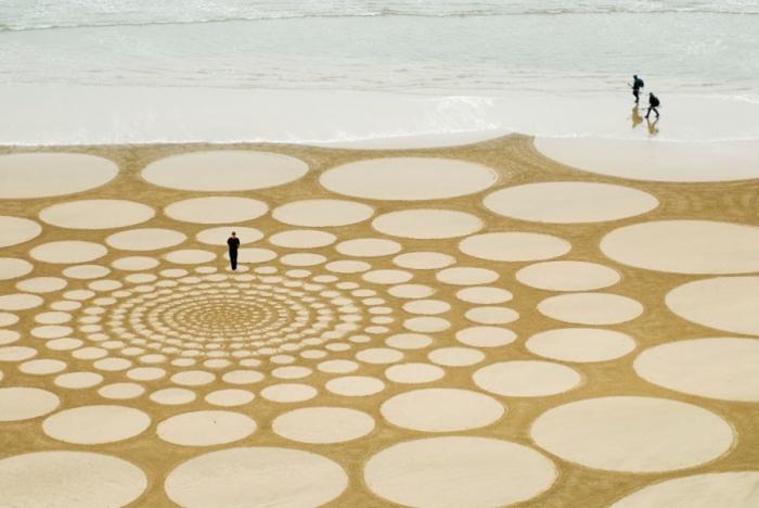 Замысловатые узоры на песке. Автор: Jim Denevan.