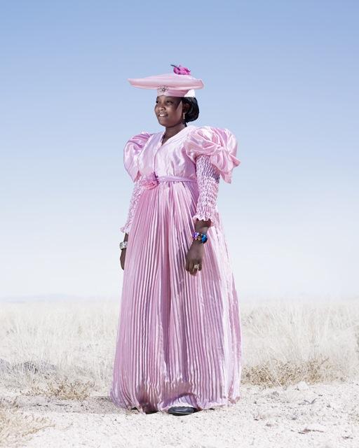 Гереро женщина в розовом платье, фото 2012 год. Автор фото: Джим Наугтен (Jim Naughten).