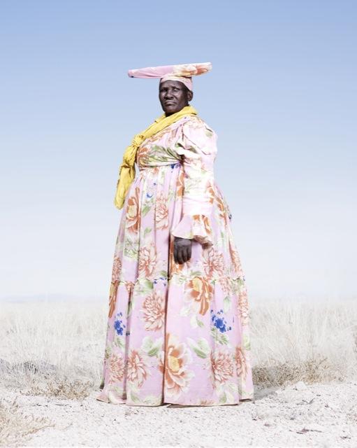 Женщина-гереро в цветном платье, фото 2012 год. Автор фото: Джим Наугтен (Jim Naughten).