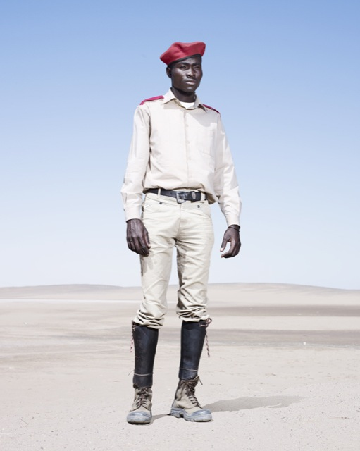 Мужчина-гереро. Форма солдата, красный берет, фото 2012 год. Автор фото: Джим Наугтен (Jim Naughten).