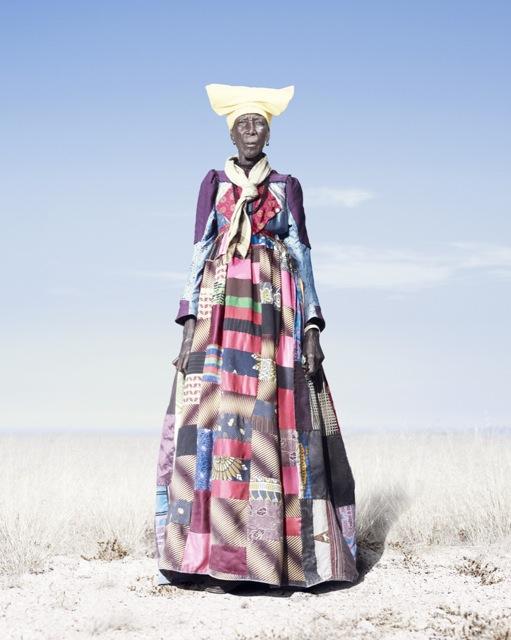 Женщина-гереро в штопаном платье, фото 2012 год. Автор фото: Джим Наугтен (Jim Naughten).