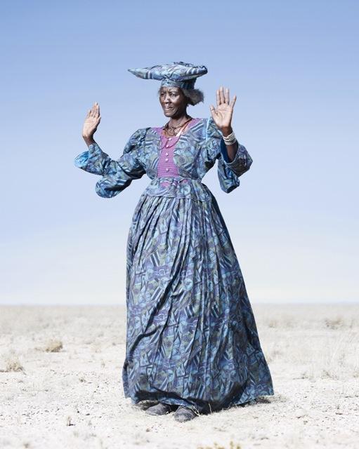Женщина-героро в синем платье, фото 2012 год. Автор фото: Джим Наугтен (Jim Naughten).