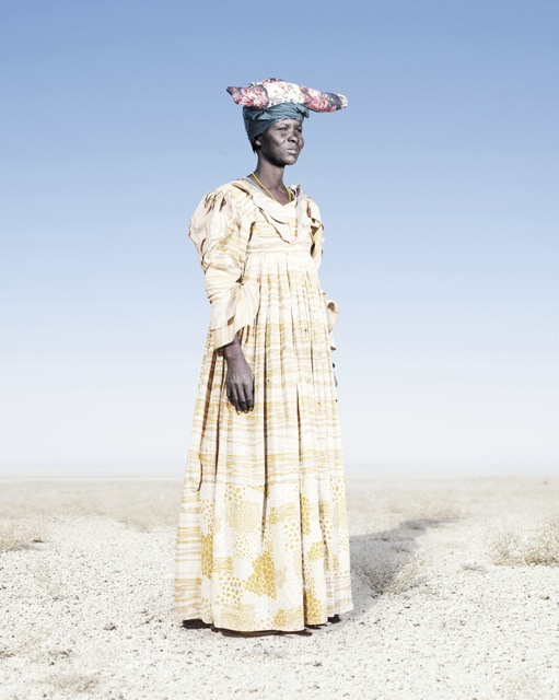Женщина-гереро в желтом платье и «рогатой шапке», фото 2012 год. Автор фото: Джим Наугтен (Jim Naughten).