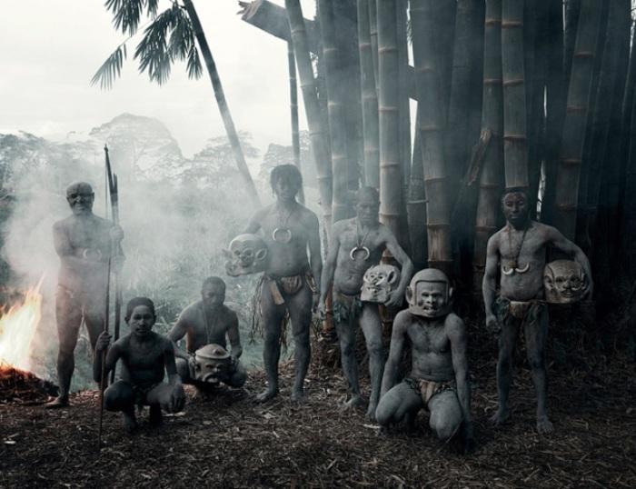 Грязевые люди Асаро мудмен (Глиняные люди). Автор фото Джимми Нельсон (Jimmy Nelson).